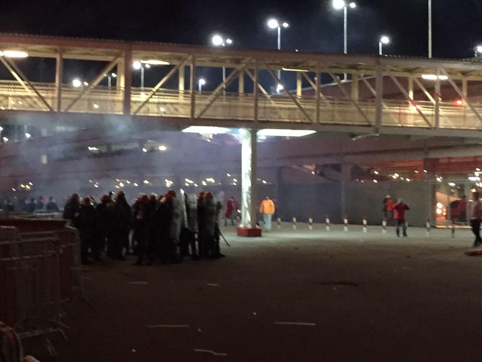 Torcedores do Inter protestam no Beira-Rio após derrota (Foto: Tomás Hammes)