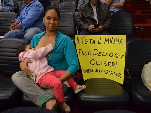 Kely amamentou a filha de 1 ano durante protesto na Câmara de Ribeirão Preto (Foto: Amanda Pioli/G1)