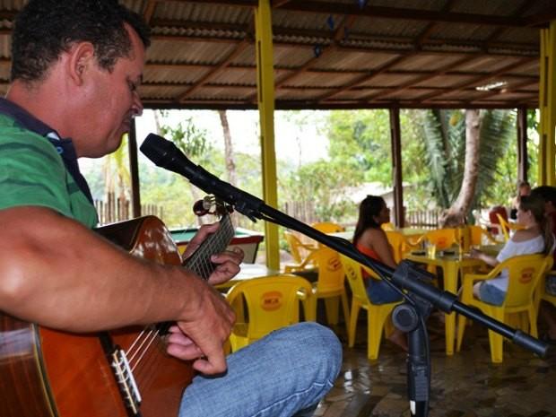 Grego toca há 24 anos em bares e restaurantes de Ji-Paraná (Foto: Priscila Lima/G1)