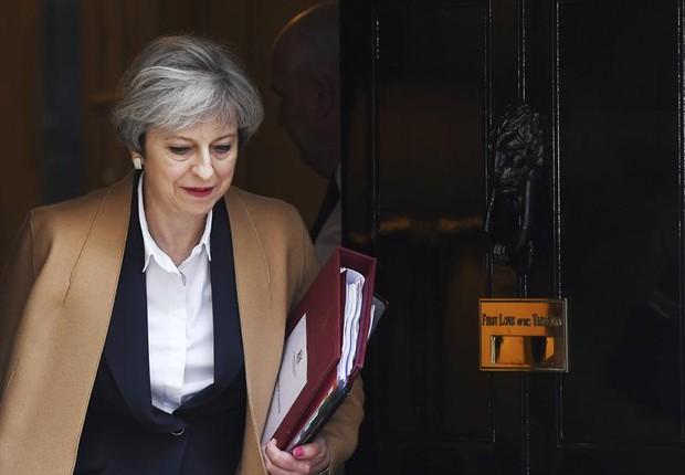 A primeira-ministra Theresa May deixa 10 Downing Street para ir ao Parlamento pedir união após iniciar processo do Brexit (Foto: Andy Rain/EFE)