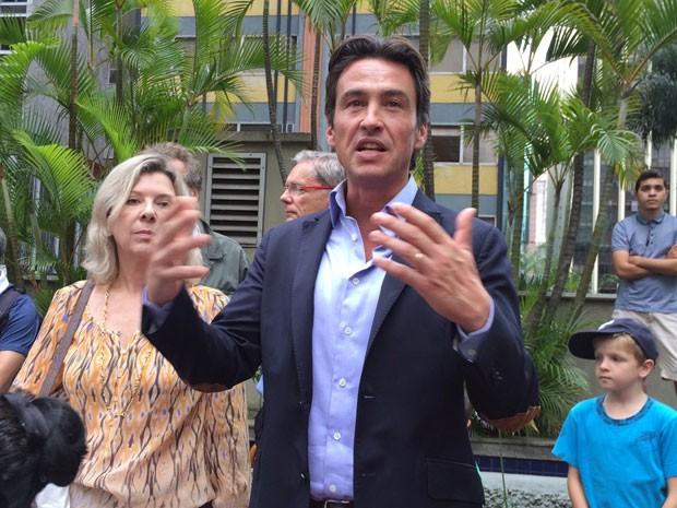 Damien Loras, cônsul francês em São Paulo, em vigília na Avenida Paulista (Foto: Vivian Reis/G1)