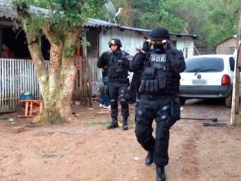 Policiais entram em localidade para cumpirir mandados (Foto: Fábio Almeida/RBS TV)