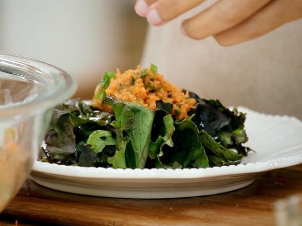 Bela Cozinha - Ep. 5 - Razes - Salada de cenoura ralada com molho de nabo e shoyu (Foto: Reproduo / GNT)