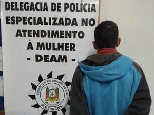 Suspeito tem 31 anos e foi preso em casa, em Gravataí (Foto: Divulgação/Deam)