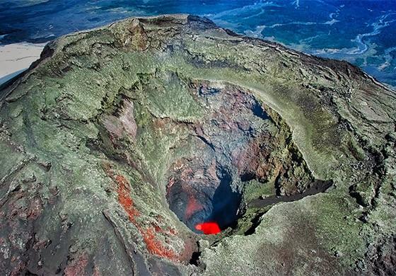 Imagem realizada pelo drone da cratera do vulcão Villarica com lava no fundo  (Foto: © Max Fercondini)