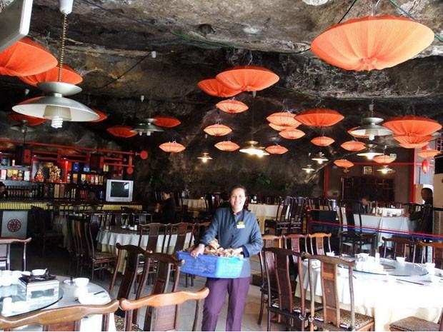 O interior do restaurante, com o teto de rocha (Foto: Han Yuhong / Imaginechina/ AFP)