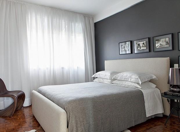 Simples, o quarto desenhado pelos arquitetos Marco Donini e Francisco Zelesnikar, do escritório Arqdonini, tem parede cinza e quadrinhos com fotos em preto e branco (Foto: Lufe Gomes/Casa e Jardim)
