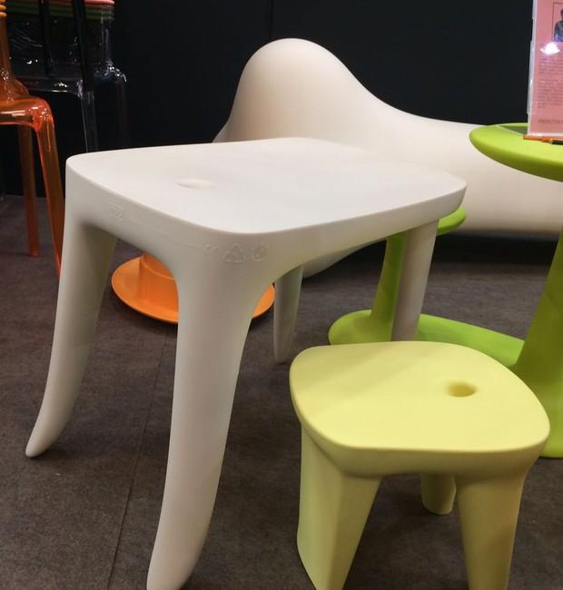 A Rivatti traz a linha infantil da TOG de mesa e bancos assinada pelo designer francês Ambroise Maggiar. As peças são de polipropileno (Foto: Casa e Jardim)
