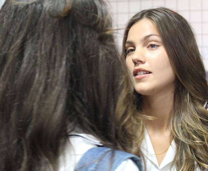 Alina e Luciana se encaram no banheiro do Leal Brazil (Foto: Bruno Cavalieri/Gshow)