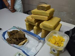 Polícia apreendeu 12kg de maconha com a suspeita (Foto: Walter Paparazzo/G1)