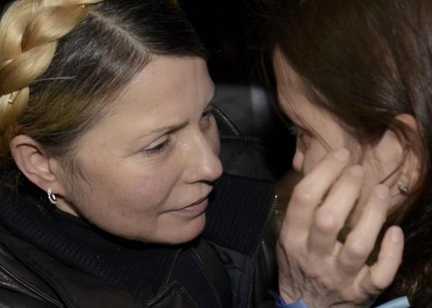 Yulia Tymoshenko abraça sua filha Yevgenia na chegada ao aeroporto de Kiev neste sábado (22) (Foto:  Reuters/Maks Levin)