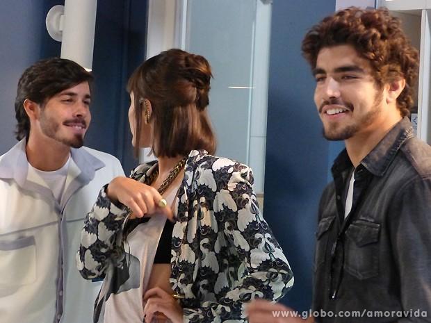 Patrícia se engraça com Jefferson na cara de Michel... (Foto: Amor à Vida / TV Globo)