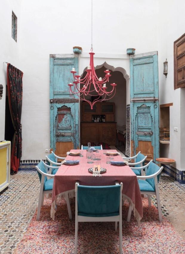 Portas azuis originais e mesa posta emtons de rosa e azul (Foto: Lufe Gomes / Editora Globo)