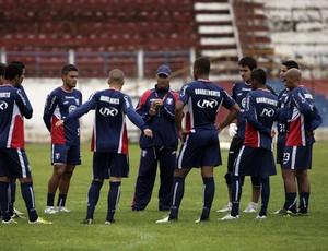 Elenco do Guará observa as orientações do técnico Carlos Octávio (Foto: Comunicação Guaratinguetá Futebol/ Divulgação)