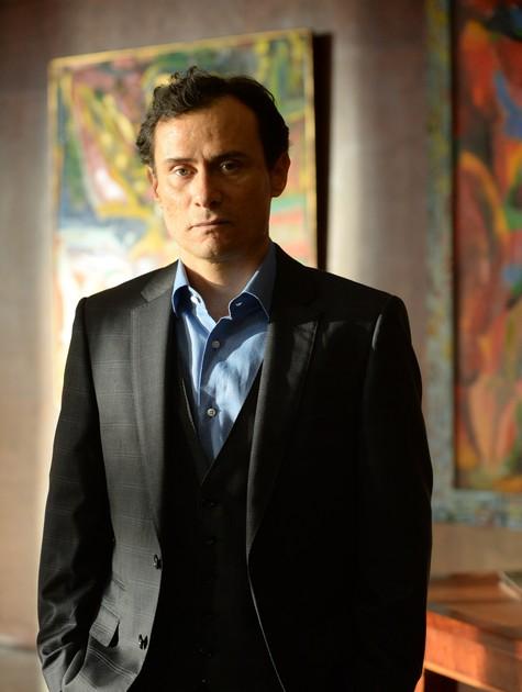 Enrique Diaz em cena como Cláudio (Foto: Zé Paulo Cardeal/TV Globo)
