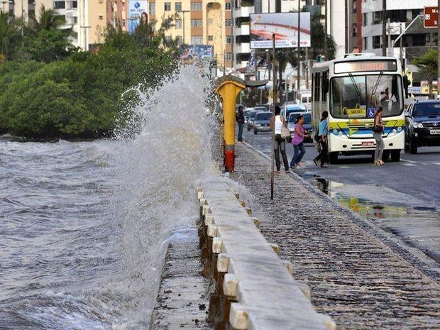Água do Rio Sergipe danificou mureta de contenção e invadiu a pista (Foto: André Moreira/PMA)