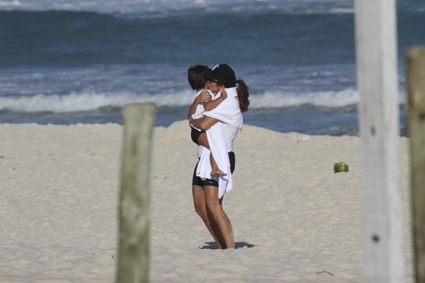 Ivete Sangalo com o filho na praia (Foto: Dilson Silva / AgNews)