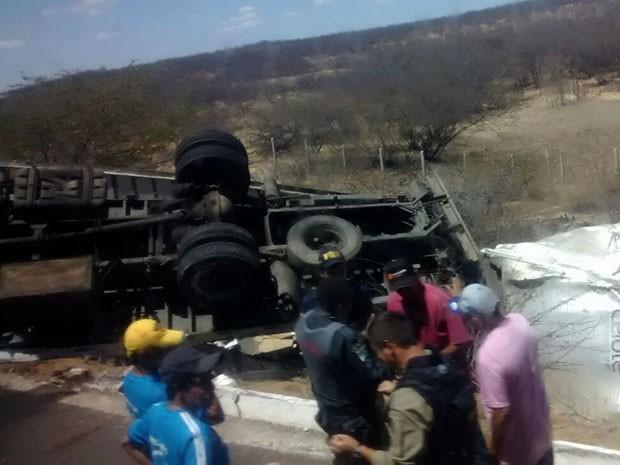 Caminhão que tomou na BR-304 estava carregado de equipamentos e produtos esportivos (Foto: Fernanda Rodrigues)