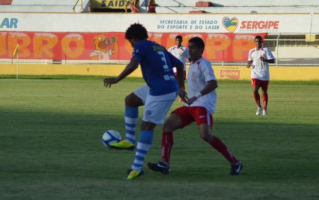 Jogo foi duro, e terminou em 1 a 0 para o Sergipe (Foto: Thiago Barbosa / GLOBOESPORTE.COM)