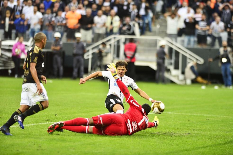 Romero finaliza para o gol da Ponte Preta e faz o gol do Corinthians na final do Paulistão (Foto: Marcos Ribolli)
