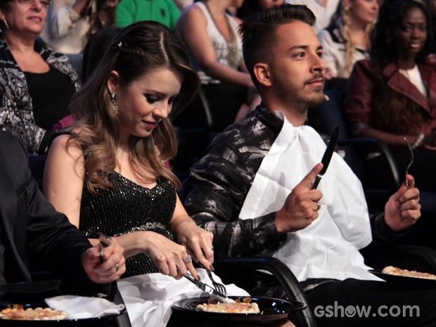 Sandy come uma pizza durante gravação do programa (Foto: TV Globo/Programa do Jô)