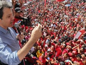 O prefeito de São Paulo, Fernando Haddad, deixou a sede da Prefeitura para conversar com manifestantes que se concentravam em frente ao prédio, no centro de São Paulo, nesta quarta-feira, 26. (Foto: Nilton Fukuda/Estadão Conteúdo)