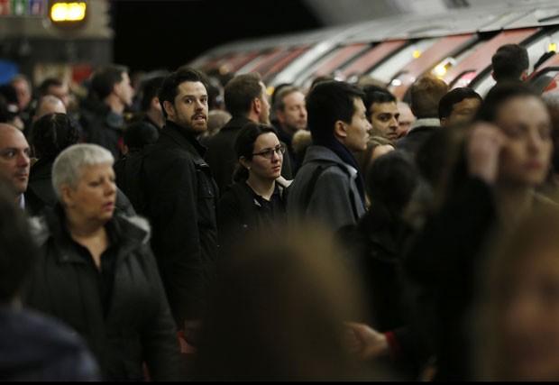 Moradores de Londres aguardam para tentar embarcar em Metrô durante greve nesta quinta-feira (6) (Foto: Olivia Harris/Reuters)