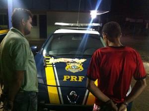 Homens assaltaram uma van e ameaçaram os passageiros na BR-153, no Tocantins (Foto: Divulgação/PRF )