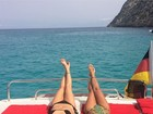 De biquíni, Giovanna Antonelli pega sol ao lado de amiga em Ibiza