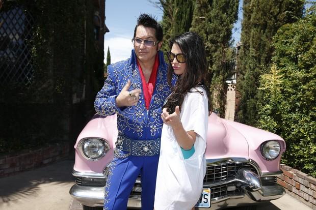 Carol Castro posa com sósia de Elvis Presley (Foto: Felipe Panfili/AgNews)