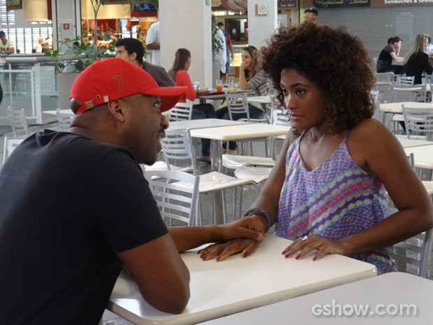 Alice vai ao encontro de estuprador e sente vontade de fazer loucuras (Foto: Em Família / TV Globo)