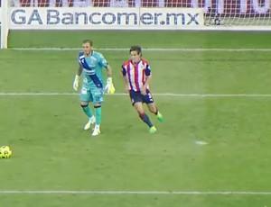 """BLOG: Goleiro larga bola, atacante rouba, faz gol """"à la Ronaldo"""" e sela virada no México"""