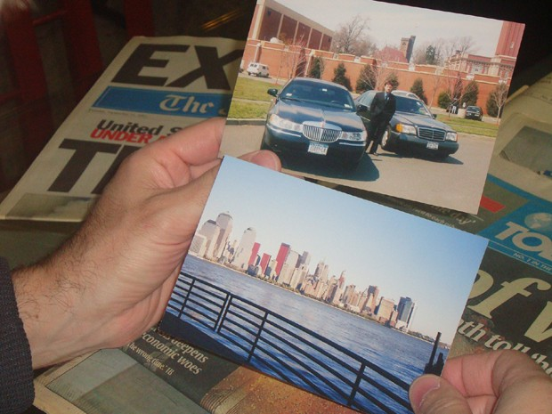 Alexandre segura fotos do tempo como motorista em Nova Iorque (Foto: VC no G1/ Alexandre Kalman)