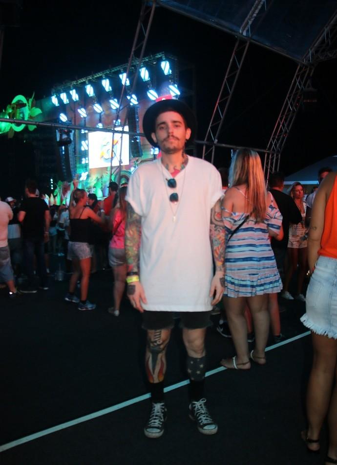 Tatuado, o DJ Daniel Lacet apostou em um look básico com chapéu (Foto: Igor Grossmann/RBS TV)