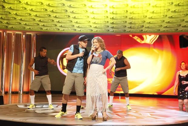 Claudia Leitte e os Havaianos no palco do Caldeirão (Foto: Caldeirão do Huck/ TV Globo)
