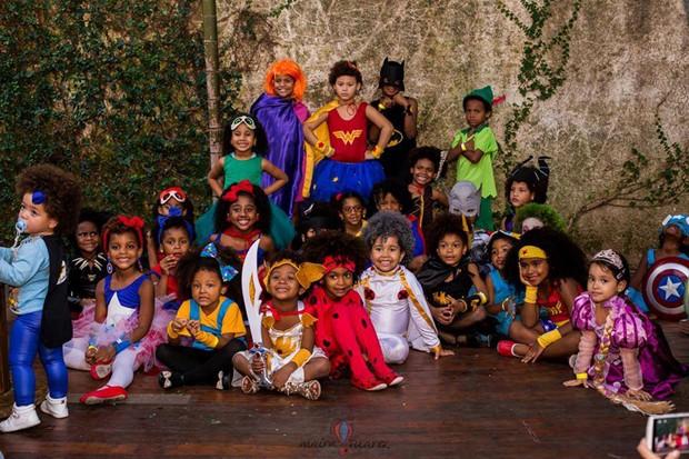 As crianças soltam a imaginação na hora de escolher a fantasia (Foto: Maíra Suarez)