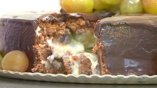 Confira uma receita de torta trufada de uvas e chocolate