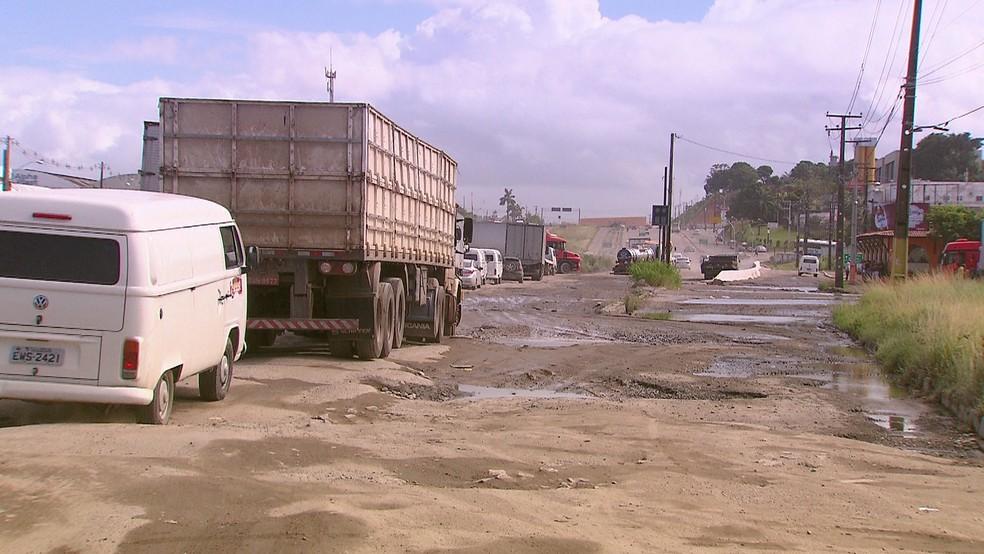 Com os buracos, tempo das viagens feitas por motoristas que trafegam na BR-101, em Jaboatão, aumentou (Foto: Reprodução/TV Globo)