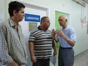 O secretário de Saúde, Demócrito Azevedo, está com sua equipe no hospital. (Foto: Til Santos)