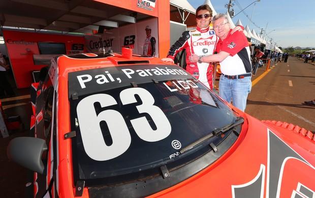 Lico Kaesemodel deu parabéns ao pai Buco em seu Stock Car no dia dos pais (Foto: Luca Bassani / Divulgação)