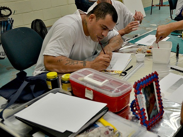 Arte aproxima presos da liberdade no espírito santo (Foto: Viviane Machado/ G1 )