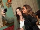 Anitta faz 'selfie' com Gaby Amarantos em restaurante no Rio