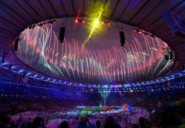 Fogos de artifício iluminam Estádio do Maracanã na cerimônia de encerramento dos Jogos Olímpicos Rio 2016 (Foto: David Ramos/Getty Images)