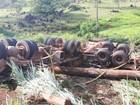 Carreta tomba em curva da BR-364 e motorista fica ferido em Jaru, RO
