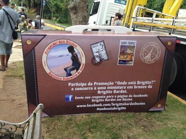 Uma mala foi colocada no local que é conhecido por abrigar a estátua (Foto: Renata Igrejas/Inter TV)