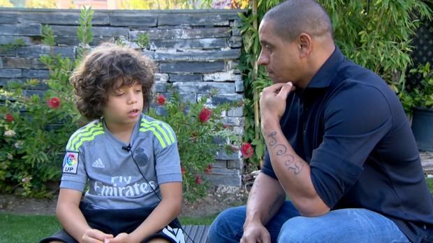 Enzo, filho de Marcelo, entrevista Roberto Carlos (Foto: Reprodução TV Globo)