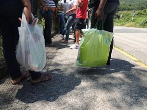 Mães e mulheres aguardavam do lado de fora do Centro de Detenção de Mogi com as sacolas dos 'jumbos' (Foto: Carolina Paes/G1)