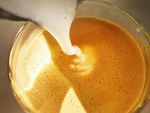Café com leite (Foto: Christoffer Askman/Cultura Creative/Arquivo AFP)