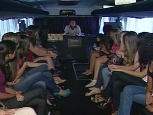 O olheiro primeiro deu dicas e depois assitiu os desfiles individuais (Foto: Reprodução/TV Integração)