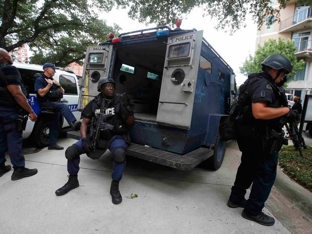 Membros da polícia e da SWAT são vistos em frente a um prédio do Departamento de Polícia de Dallas, no sábado (9) (Foto: Reuters/Carlo Allegri)
